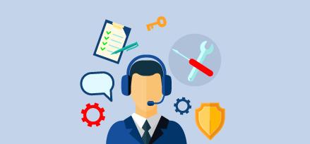 Homme avec un casque avec des icônes d'engrenages, une bulle de dialogue, des outils, un bloc-notes et un stylo, une clé et un badge l'entourant. Illustration.