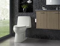 Toilette blanche décorative à côté d'un meuble-lavabo brun.