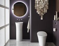 Évier de cuisine autonome décoratif avec miroir rétro-éclairé au-dessus d'une toilette décorative.